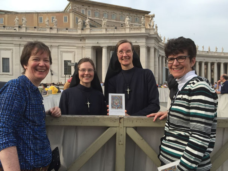 Mary Kay Dobrovolny rsm (l) and Rayleen Giannotti rsm (r) with Srs of Mercy of Alma